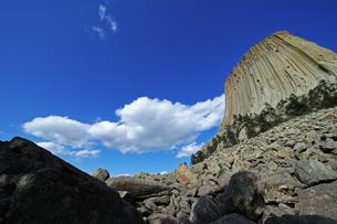 米ワイオミング州デヴィルズタワー国定公園のデヴィルズタワーに近づいた位置から見上げた景色の写真素材 [FYI03155272]