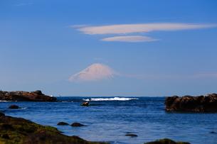富士山と海 青空と雲の写真素材 [FYI03155317]