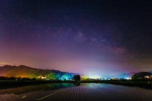 田んぼと天の川 客神社 日本 鳥取県 南部町の写真素材 [FYI03155397]