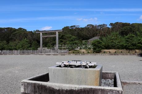 京都・伏見桃山陵の拝所と手水の写真素材 [FYI03155508]