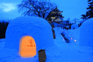 夜の横手城かまくら祭りの写真素材 [FYI03155631]