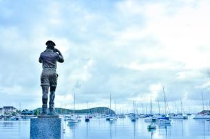 ニューカレドニア・ヌメアのオルフェリナ湾の前に立っている軍艦の位置を確認する海軍監視員の像の写真素材 [FYI03155636]