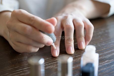 ネイルをする女性の手元の写真素材 [FYI03155701]