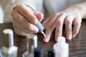 ネイルをする女性の手元の写真素材 [FYI03155702]