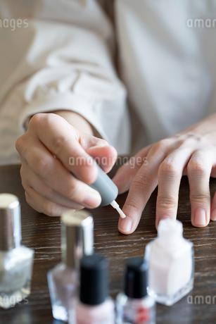ネイルをする女性の手元の写真素材 [FYI03155703]