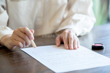 書類に捺印する女性の手元の写真素材 [FYI03155723]