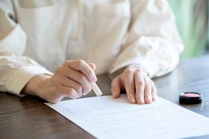 書類に捺印する女性の手元の写真素材 [FYI03155724]