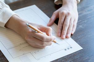 書類に記名する女性の手元の写真素材 [FYI03155726]