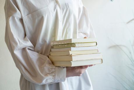 沢山の本を持つ女性の手元の写真素材 [FYI03155727]