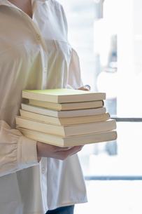 沢山の本を持つ女性の手元の写真素材 [FYI03155729]