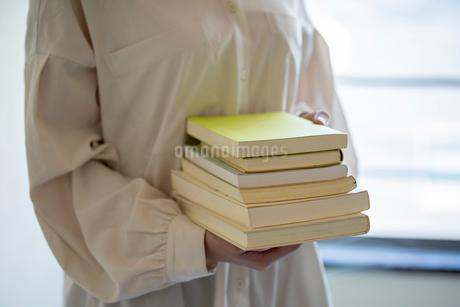 沢山の本を持つ女性の手元の写真素材 [FYI03155731]
