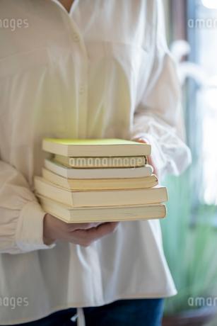 沢山の本を持つ女性の手元の写真素材 [FYI03155732]