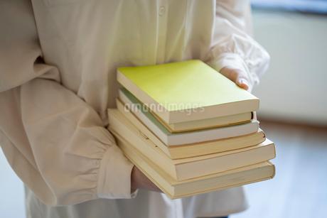 沢山の本を持つ女性の手元の写真素材 [FYI03155733]
