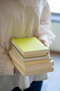 沢山の本を持つ女性の手元の写真素材 [FYI03155734]