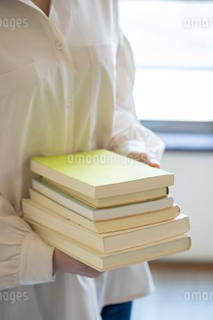 沢山の本を持つ女性の手元の写真素材 [FYI03155735]