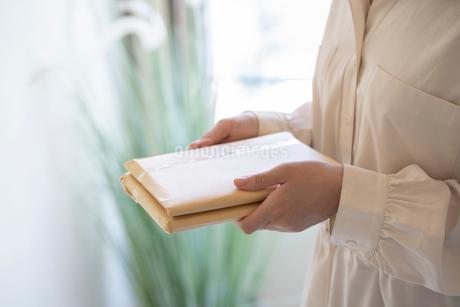 郵便物を持つ女性の手元の写真素材 [FYI03155736]