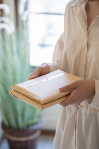 郵便物を持つ女性の手元の写真素材 [FYI03155737]