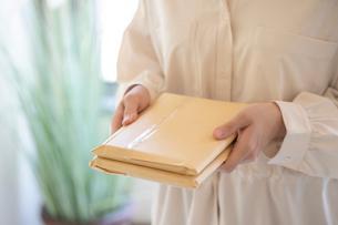 郵便物を持つ女性の手元の写真素材 [FYI03155738]