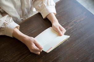通帳を持つ女性の手元の写真素材 [FYI03155739]