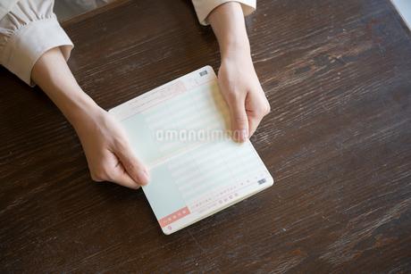 通帳を持つ女性の手元の写真素材 [FYI03155740]