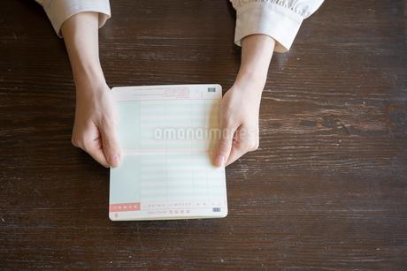 通帳を持つ女性の手元の写真素材 [FYI03155741]