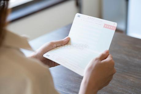 通帳を持つ女性の手元の写真素材 [FYI03155742]