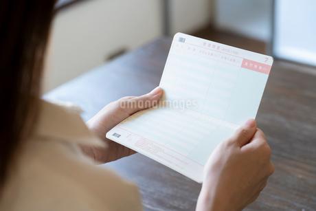 通帳を持つ女性の手元の写真素材 [FYI03155743]