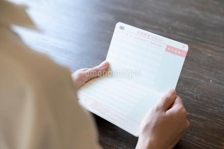 通帳を持つ女性の手元の写真素材 [FYI03155744]