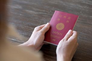 パスポートを持つ女性の手元の写真素材 [FYI03155745]
