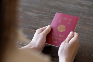 パスポートを持つ女性の手元の写真素材 [FYI03155746]