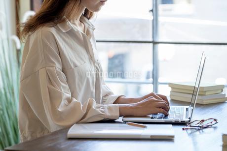 リモートワークで働く女性の写真素材 [FYI03155749]