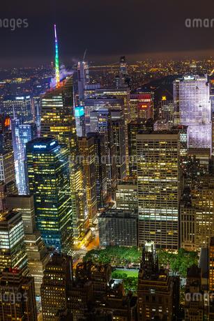 エンパイヤステートビルから見えるニューヨークの夜景の写真素材 [FYI03155768]