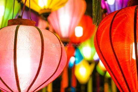 カラフルな夏祭りの提灯の写真素材 [FYI03155778]