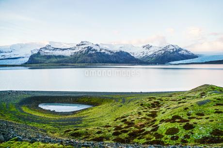 アイスランド・フィヤトルスアゥルロゥン湖の雪山の写真素材 [FYI03155818]