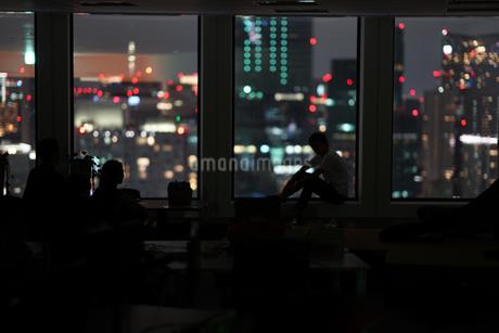 都会の夜景と人々のシルエットの写真素材 [FYI03155821]