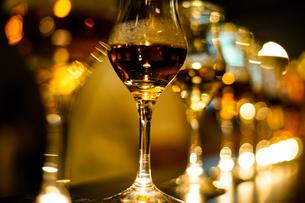 スタイリッシュなワイングラスのイメージの写真素材 [FYI03155823]