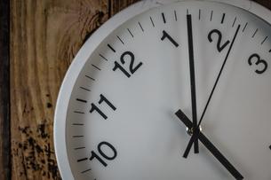 シンプルな壁掛け時計のイメージの写真素材 [FYI03155859]
