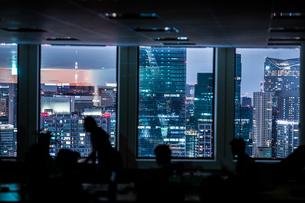 都会の夜景と人々のシルエットの写真素材 [FYI03155873]
