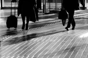 ウッドデッキを歩く人々の影の写真素材 [FYI03155881]