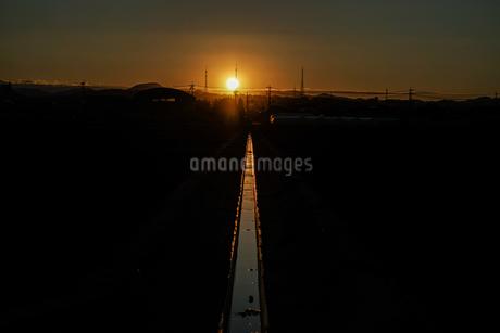 用水路と夕暮れの写真素材 [FYI03155898]