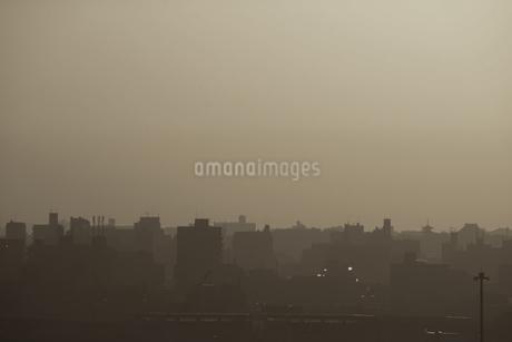東京の街並みのシルエットと夕焼けの写真素材 [FYI03155907]