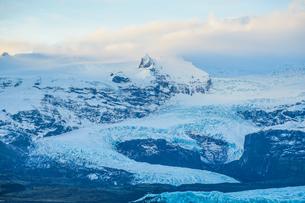 アイスランド・フィヤトルスアゥルロゥン湖の雪山の写真素材 [FYI03155917]
