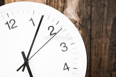 シンプルな壁掛け時計のイメージの写真素材 [FYI03155928]