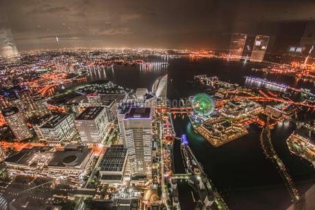 横浜ランドマークタワーから見える夜景の写真素材 [FYI03155945]