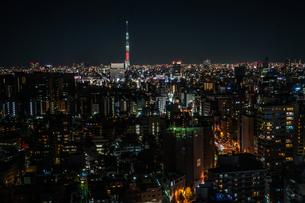 文京シビックセンターから見えるスカイツリーの写真素材 [FYI03155954]