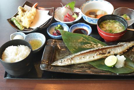 魚と海鮮定食の写真素材 [FYI03155989]