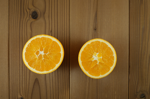 テーブルに置かれたオレンジのイメージの写真素材 [FYI03156009]