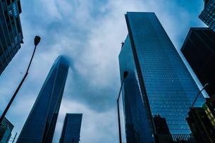 ニューヨーク・ロウアーマンハッタンのビル群と雲の写真素材 [FYI03156013]