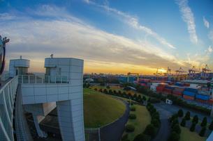 横浜港シンボルタワーと夕景の写真素材 [FYI03156027]