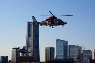 みなとみらいに飛ぶ消防ヘリの写真素材 [FYI03156038]
